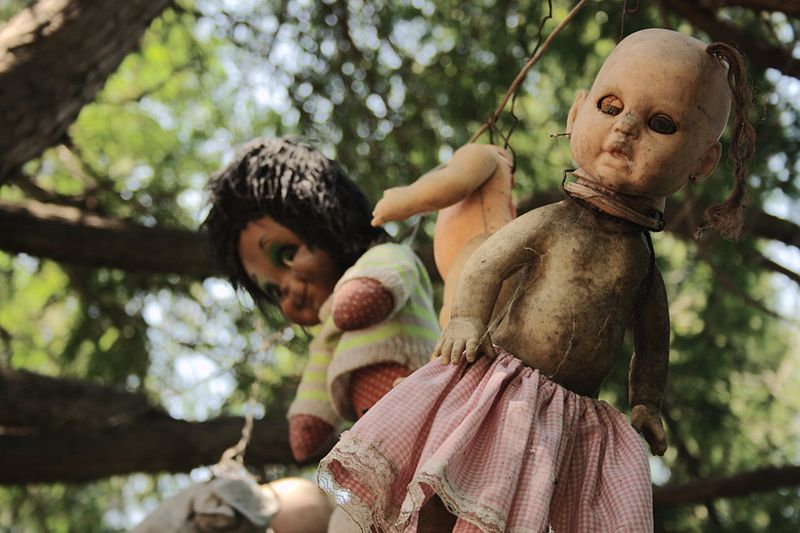 Dolls photographed on the Island of the Dolls - by Esparta Palma [CC BY 2.0 (http://creativecommons.org/licenses/by/2.0)], via Wikimedia Commons